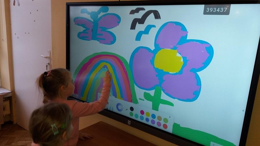 Dzieci rysujące na ekranie interaktywnym