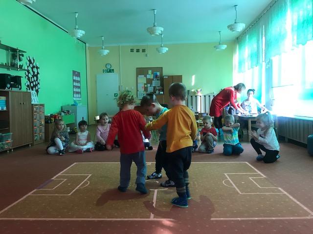 Dzieci grające w piłkę na dywanie interaktywnym