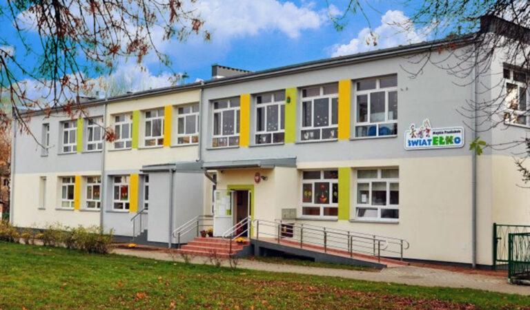 Budynek Przedszkola Światełko na tle chmur